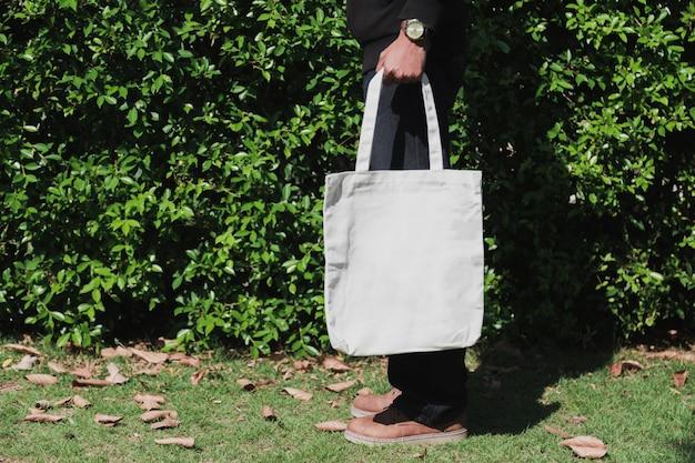 Укомплектуйте личным составом держать ткань холста сумки для модель-макета, концепции экологичности. Premium Фотографии