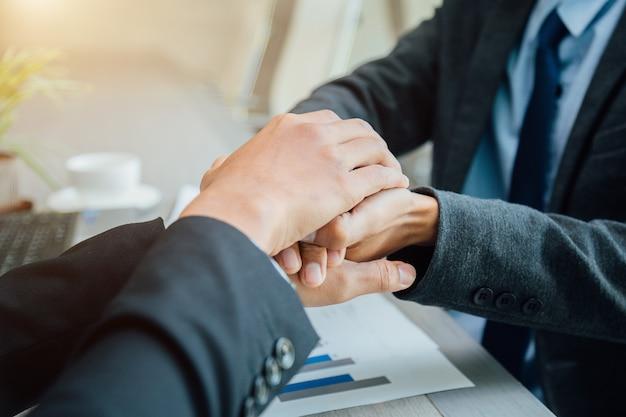 パートナーシップの概念 - ハンドシェイクビジネスパートナー成功したチームリーダーの起業家精神。 Premium写真
