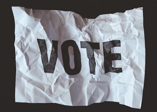 しわくちゃの紙の投票の印刷、民主主義の概念の崩壊 Premium写真