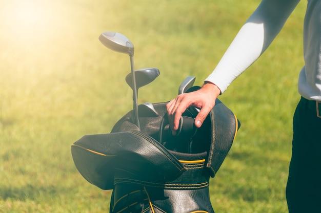 ゴルフ選手はゴルフクラブを選んでいます。 Premium写真