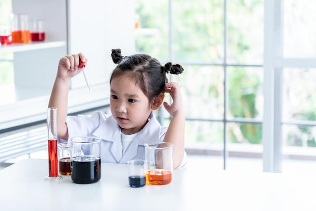 Азиатская девушка в белой униформе ученого Premium Фотографии