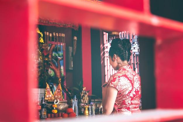 Размытые мягкие образы азиатских женщин, стоящих в храме, чтобы воздать дань уважения богам Premium Фотографии