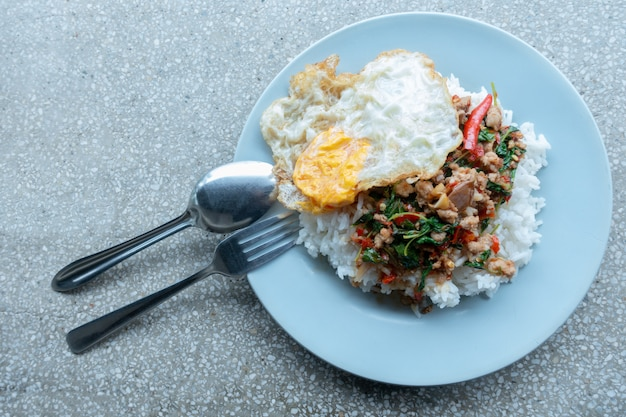 豚ひき肉とバジルの目玉焼き炒めご飯。 Premium写真
