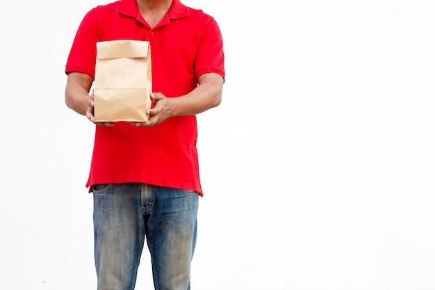Держать различные контейнеры еды на вынос в держателе и бумажном пакете, конце-вверх. светло-серый фон, место для вставки текста. курьер. Premium Фотографии