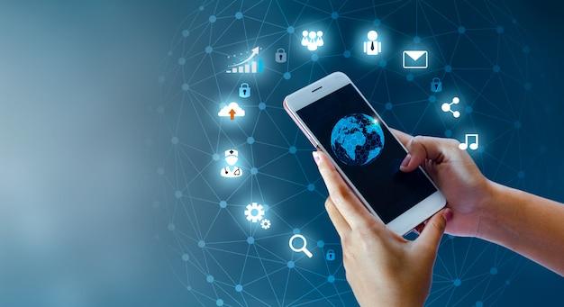 スマートフォンと地球の接続珍しいコミュニケーションの世界インターネット Premium写真