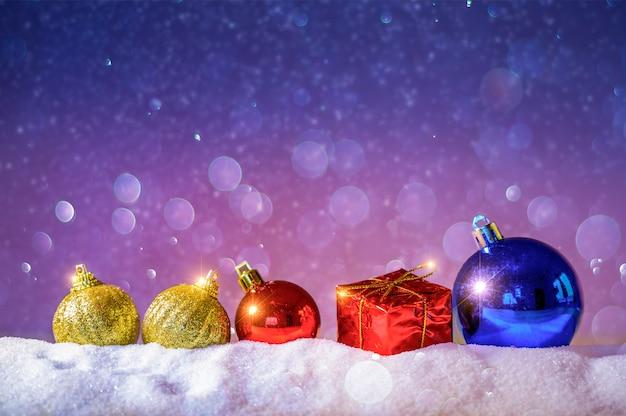 メリークリスマスと新年あけましておめでとうございます挨拶背景。モミと雪のクリスマスランタン Premium写真