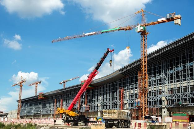 クレーンと建築工事と青空 Premium写真