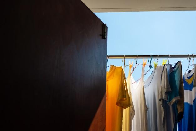 Сухая одежда на солнце Premium Фотографии