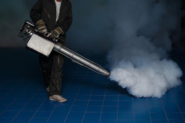 地域で広がるデング熱を予防するための蚊を排除するための曇りの男の仕事 Premium写真