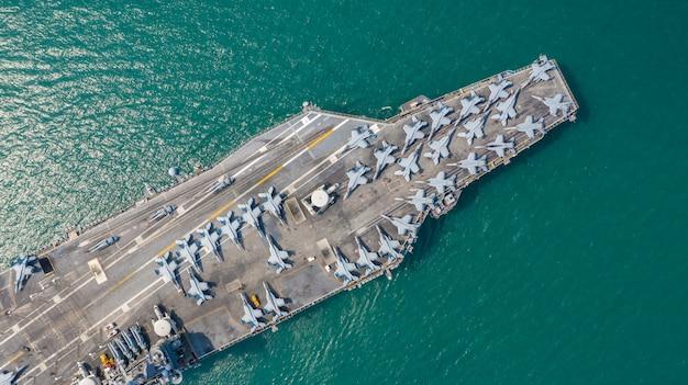 海軍原子力空母、軍用海軍船キャリアフルローディング戦闘機、航空写真。 Premium写真