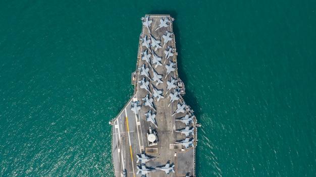 Военно-морской атомный авианосец, военно-морской военный корабль-носитель с полной загрузкой истребителя, вид с воздуха. Premium Фотографии