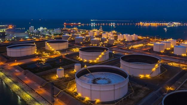 石油ターミナルは石油および石油化学製品の貯蔵のための工業施設であり、さらなる貯蔵施設への輸送の準備ができている、空撮。 Premium写真