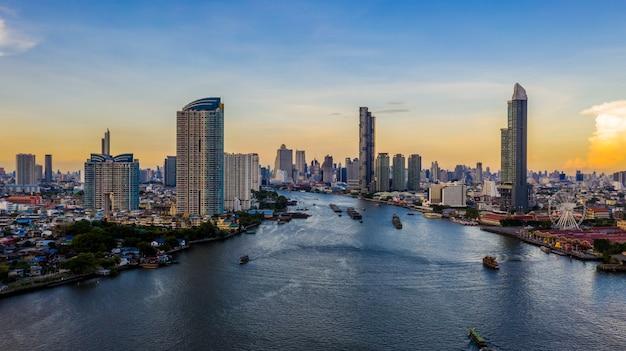 バンコク市内のスカイラインと高層ビル、バンコクのダウンタウン、チャオプラヤー川、バンコク、タイのビジネスビル。 Premium写真