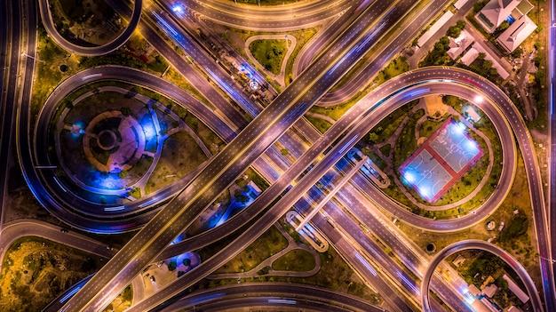夜の街の空中平面図インターチェンジ Premium写真