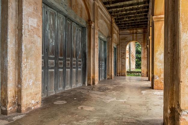Старое здание в колониальном стиле, старое колониальное здание. Premium Фотографии