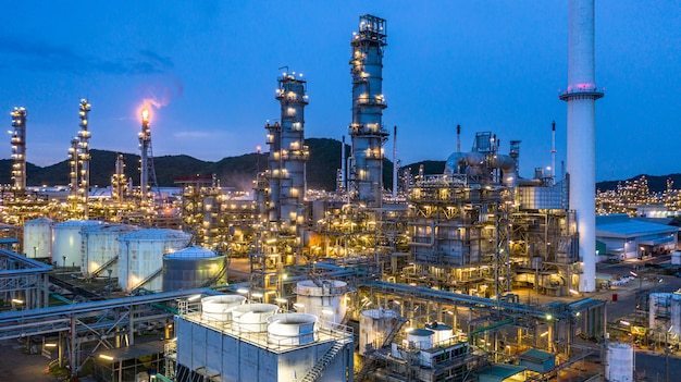 Аэрофотоснимок нефтехимический завод и нефтеперерабатывающий завод фон ночью, нефтехимический завод нефтеперерабатывающего завода в ночное время. Premium Фотографии
