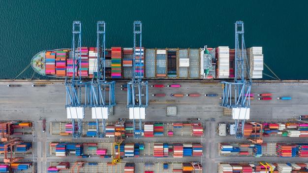 空撮貨物船ターミナル、貨物船ターミナルのアンロードクレーン、コンテナーとコンテナー船の空撮産業港。 Premium写真