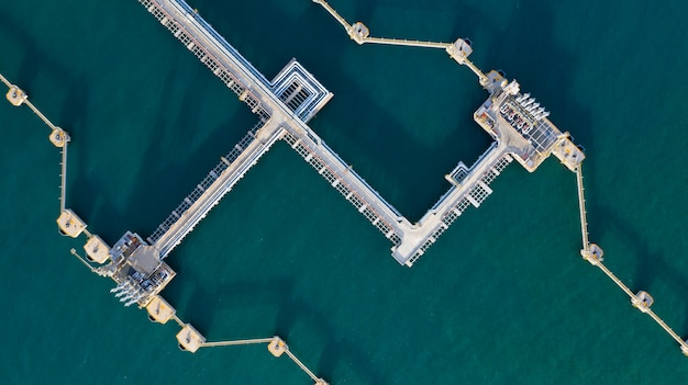 空撮の原油とガスのターミナル、商業港でのローディングアームの石油とガス精製所。 Premium写真