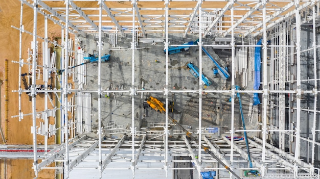 新しい工場の建物の産業機械の建物と空中のトップビュー建設現場。 Premium写真