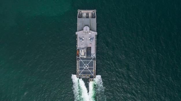 公開した海、空撮水陸両用船輸送の空撮海軍軍用船。 Premium写真