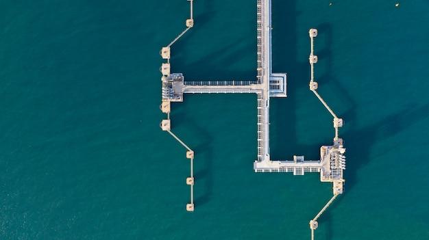 Терминал сырой нефти и газа с высоты птичьего полета, нпз загрузки нефти и газа в торговом порту. Premium Фотографии