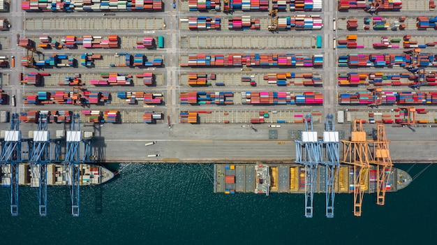 空撮貨物船ターミナル、貨物船ターミナルの荷降ろしクレーン。 Premium写真