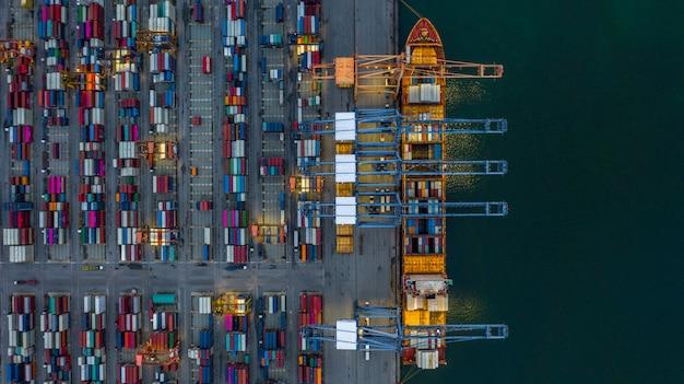 工業港で夜に空撮コンテナー船の読み込み。 Premium写真