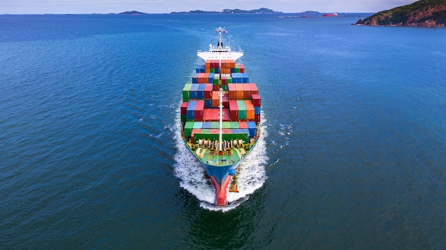 インポートエクスポートビジネスでコンテナーを運ぶ空撮コンテナー船。 Premium写真