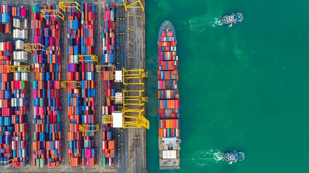 Контейнеровоз работает в промышленном порту, бизнес импорт и экспорт логистики и перевозки международных Premium Фотографии