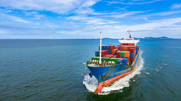 インポートエクスポートビジネスロジスティックと国際輸送でコンテナーを運ぶ空撮コンテナー船 Premium写真