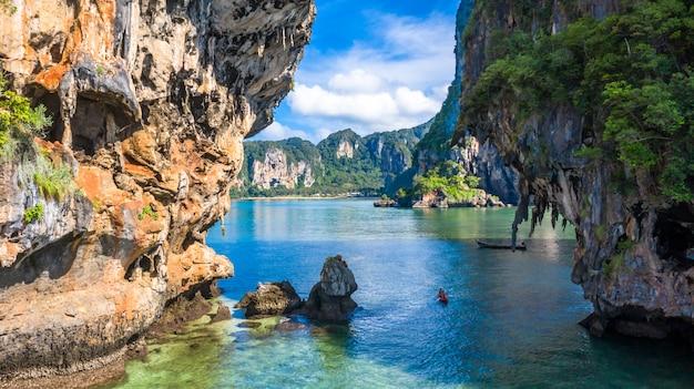 空撮タイの伝統的な木製のロングテールボートと美しい石灰岩 Premium写真