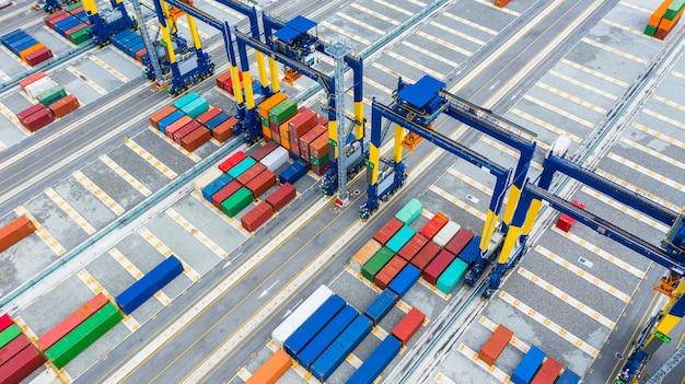 Контейнерный кран, портовый грузовой кран для перевозки контейнеров, портовое оборудование. Premium Фотографии