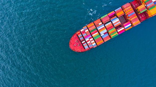 海でビジネスロジスティックのコンテナー貨物船 Premium写真