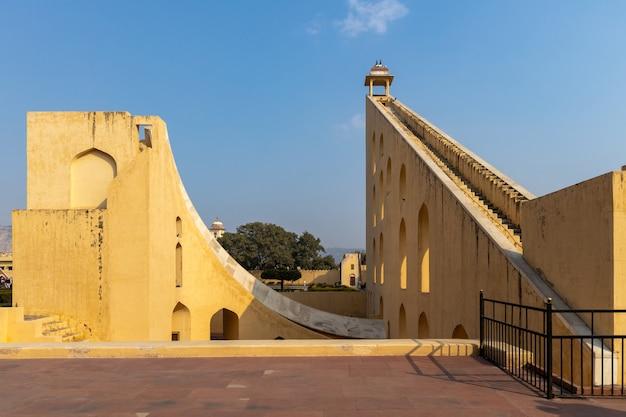 Джантар мантар, парк астрономической обсерватории, астрономические приборы в обсерватории джантар мантар, объект наследия юнеско, джайпур, раджастхан, индия. Premium Фотографии