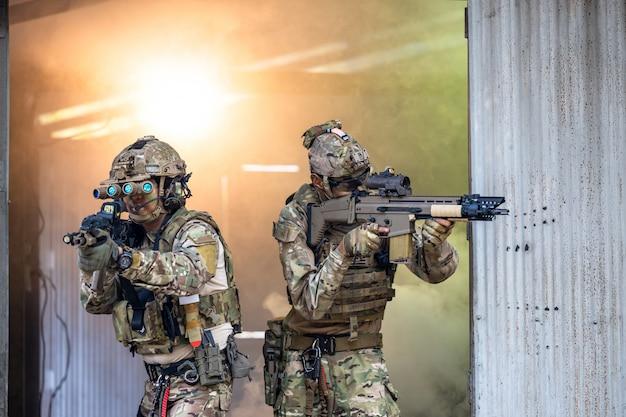 Солдаты спецназа, армейский солдат в защитной боевой форме с солдатами спецназа боевой штурмовой винтовки, армейские солдаты в защитной боевой форме. Premium Фотографии