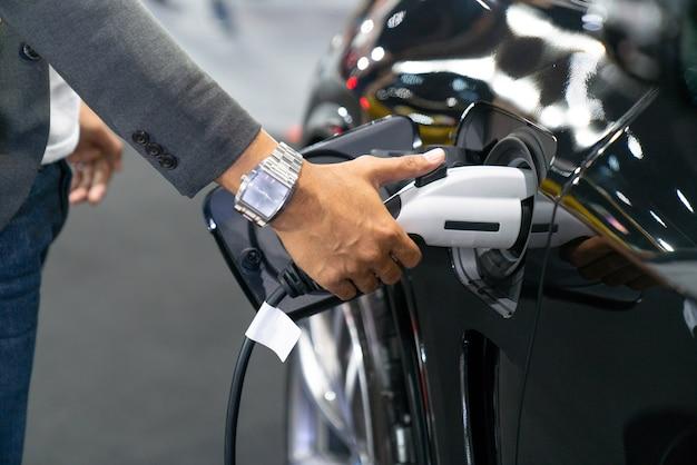 モダンな電気自動車を充電する Premium写真