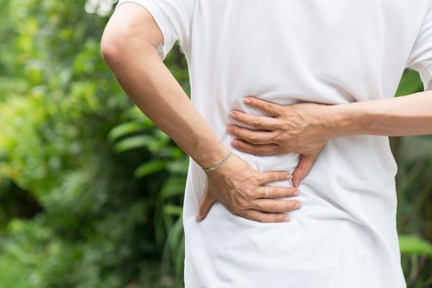 スポーツ傷害、背中の痛みを持つ男 Premium写真