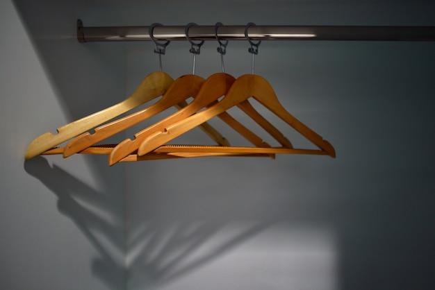 ワードローブの空のハンガー Premium写真