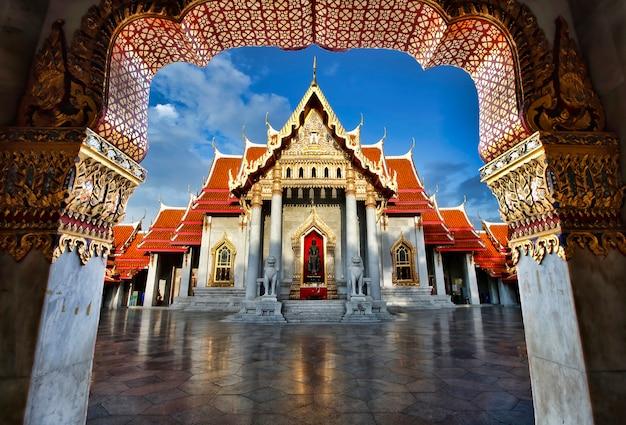 バンコクのワット・ベンジャマボルフィット大理石寺院 Premium写真