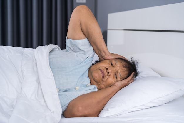 不眠症を患っている老婦人が寝る Premium写真