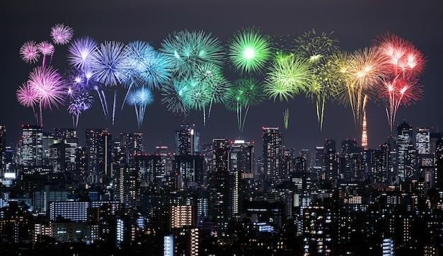 夜、日本の東京の街並みの上の花火 Premium写真