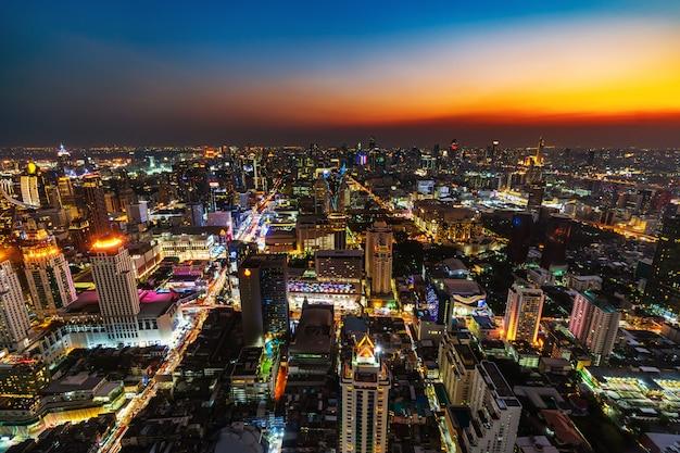 Город бангкок и дорожное движение на закате в таиланде Premium Фотографии