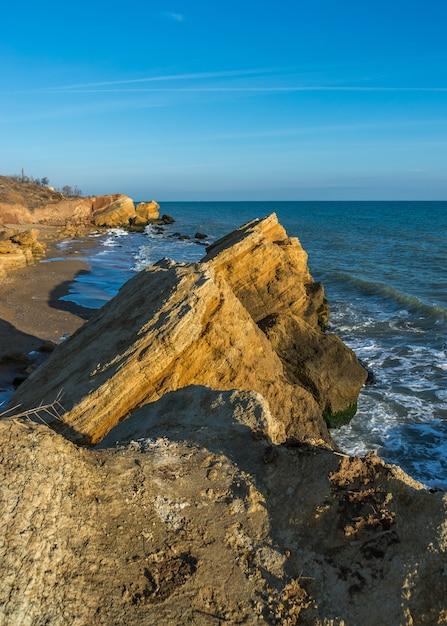 黒海沿岸近くの岩 Premium写真