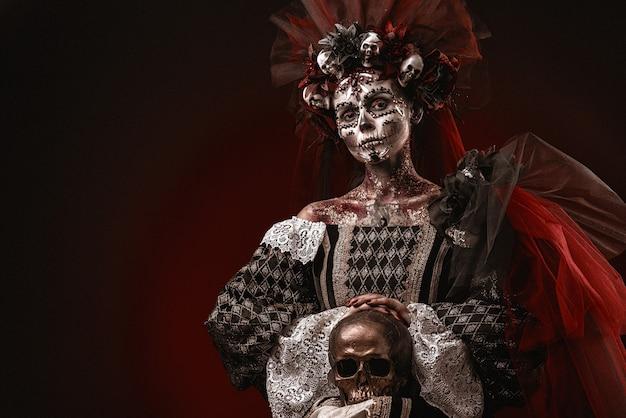 Хэллоуин девушка в костюме смерти Premium Фотографии