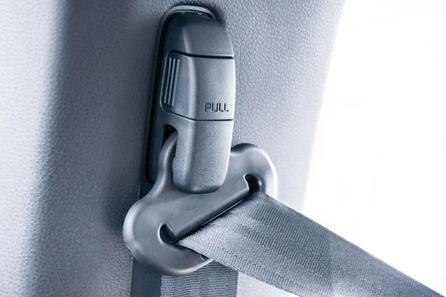 車の安全ベルトを引っ張る Premium写真