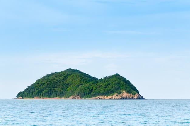 ソンクラータイの緑の島と海の自然の風景、自然と無人砂漠島 Premium写真
