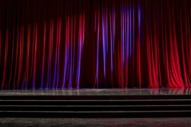 カーテンと木製のステージ。 Premium写真