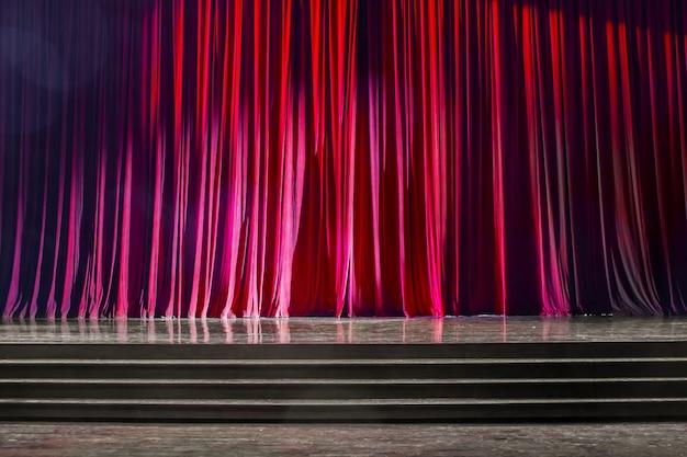 赤いカーテンと木製のステージ。 Premium写真