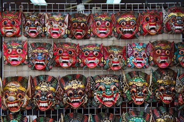 伝統的なバロンマスクがバンコクのワットポーで市場で販売されています Premium写真