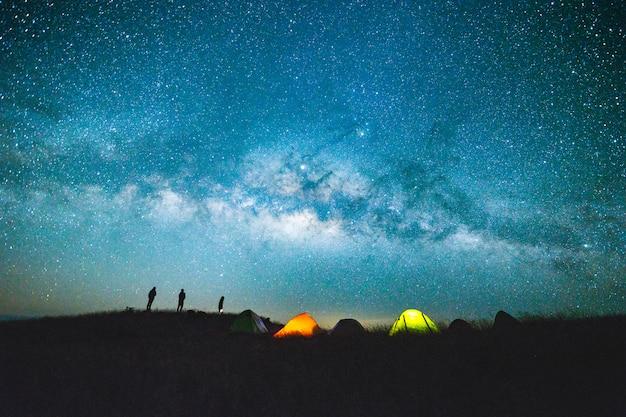 星の天の川と青い暗い夜空 Premium写真